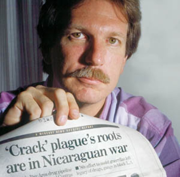Gary Webb holds up newspaper with the headline 'Crack' plague's roots are in Nicaraguan war